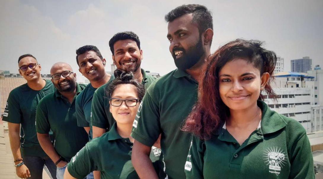 Projects Abroads egna personal i Sri Lanka poserar och ler in i kameran.